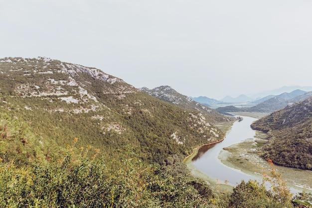 Uitzicht op de natuur van het meer van skadar in montenegro.