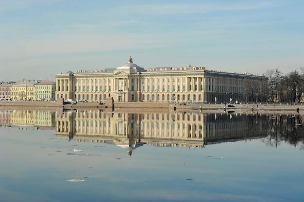 Uitzicht op de neva en het gebouw van de kunstacademie in st. petersburg, rusland