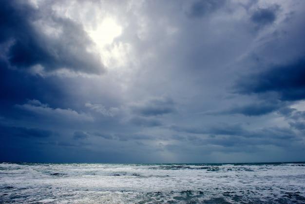 Uitzicht op de oceaan en dramatische hemel