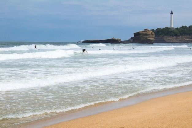 Uitzicht op de oceaan en windsurfers op de zonnige dag.biarritz.france.