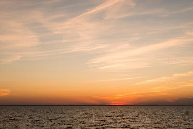 Uitzicht op de oceaan in de avondtijd