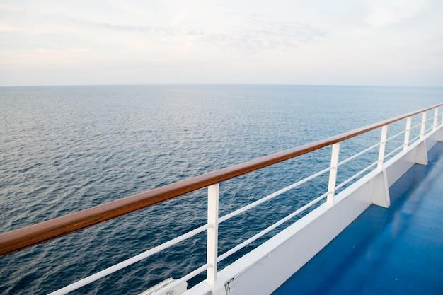 Uitzicht op de oceaan vanaf cruiseschip 's avonds