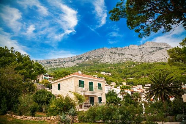 Uitzicht op de onherkenbare villa in het dorp brela, makarska riviera, kroatië