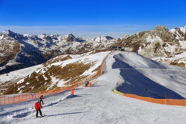Uitzicht op de oostenrijkse alpen. populair skigebied. ski in de bergen. skiërs die op de snelweg reizen