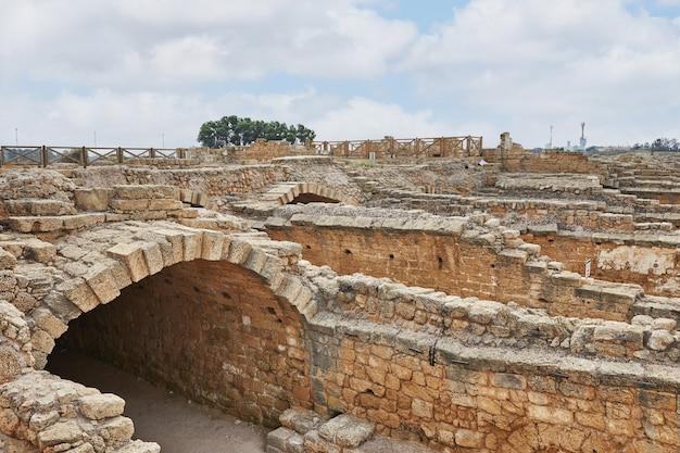 Uitzicht op de opgravingen van het paleis van herodes in het caesarea maritima national park.