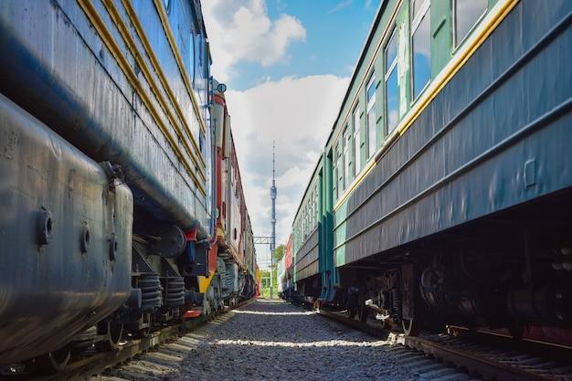 Uitzicht op de ostankino-toren tussen twee oude treinen