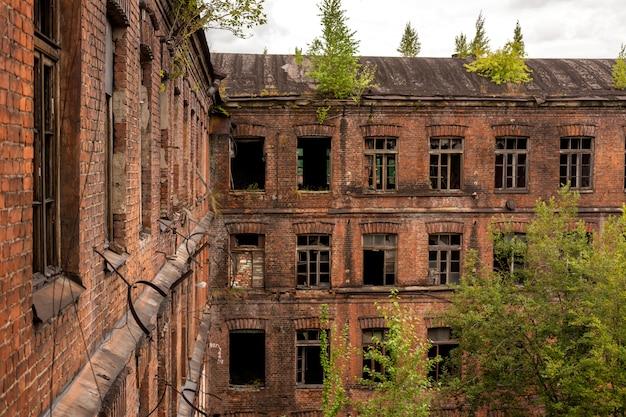 Uitzicht op de oude fabrieksgebouwen. oud bakstenen gebouw in loftstijl.
