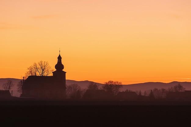 Uitzicht op de oude kerk van een van de dorpen in neder-silezië