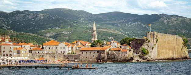 Uitzicht op de oude stad budva. montenegro. panorama.