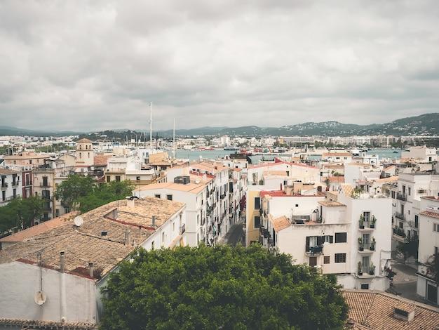 Uitzicht op de oude stad van dalt vila, en de baai van ibiza, spanje