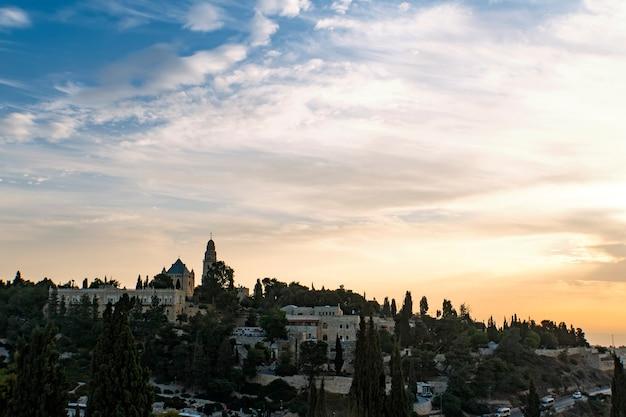 Uitzicht op de oude stad van jeruzalem. rondreizen door israël. bezoek aan de hoofdstad van israël. schilderachtig uitzicht op de oude stad in de vroege ochtend. cloudscape boven jeruzalem geschoten bij zonsopgang. historische site.