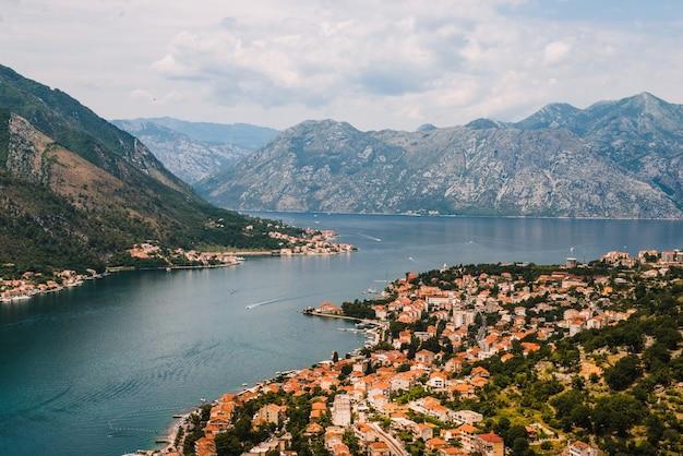 Uitzicht op de oude stad van kotor van de berg lovcen in kotor, montenegro. kotor maakt deel uit van de unesco-wereld.