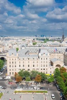 Uitzicht op de oude stad van parijs op zonnige zomerdag, frankrijk