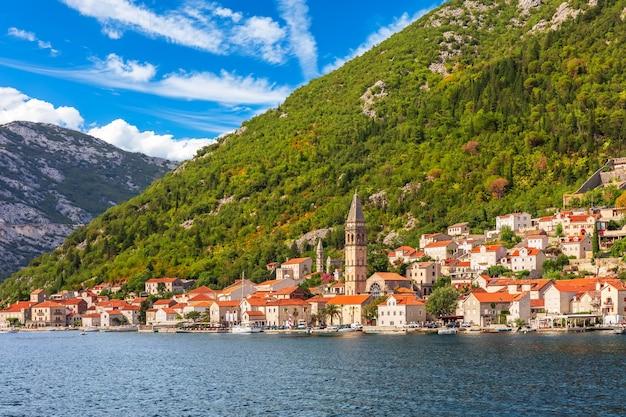 Uitzicht op de oude stad van perast, de baai van kotor, montenegro.