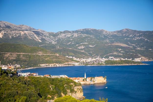 Uitzicht op de oude stadsgebouwen van budva en de kustlijn vanaf het mogren-fort montenegro
