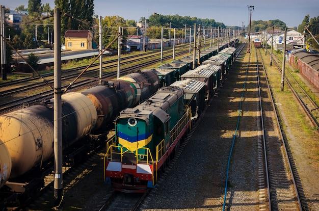 Uitzicht op de oude stoffige spoorlijn met goederenwagens en elektrische leidingen