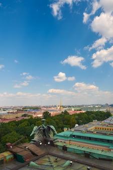 Uitzicht op de peter en paul-vesting, de admiraliteit en de neva tegen de hemel in sint-petersburg.