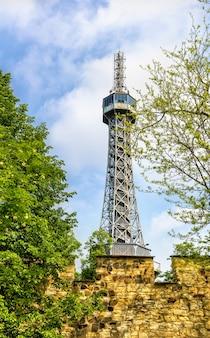 Uitzicht op de petrin lookout tower in praag