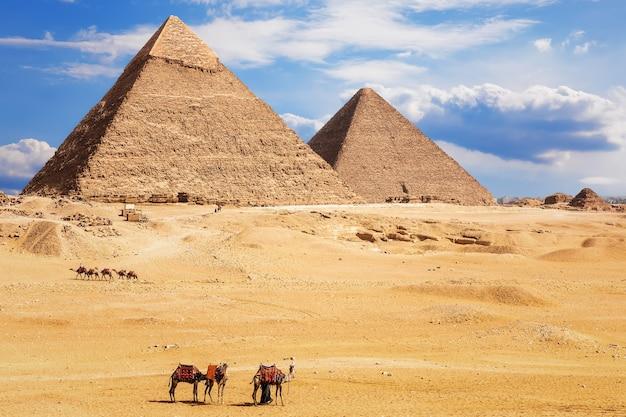 Uitzicht op de piramide van chefren en de piramide van khufu, woestijn van gizeh, egypte.