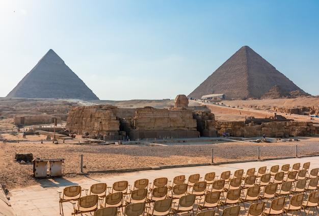 Uitzicht op de piramides in de gizeh-vallei op een zonnige dag