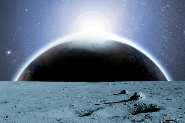 Uitzicht op de planeet aarde vanaf het maanoppervlak b. elementen van deze afbeelding geleverd door nasa