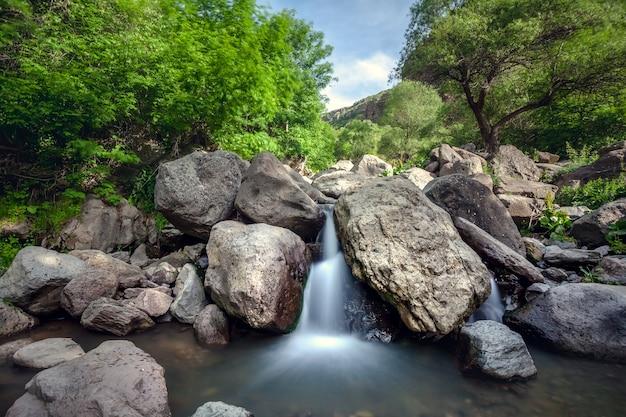 Uitzicht op de prachtige bergwaterval die armenië verkent