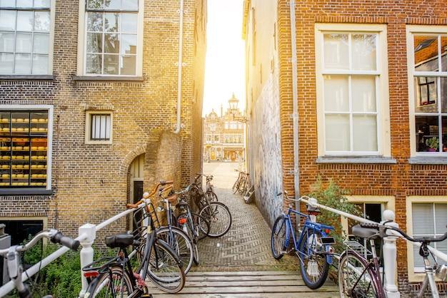 Uitzicht op de prachtige oude gebouwen en het waterkanaal in de stad delft tijdens het ochtendlicht, nederland