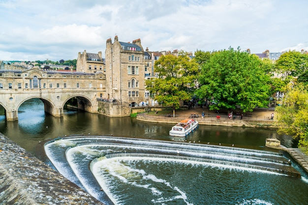 Uitzicht op de pulteney bridge river avon in bath, engeland