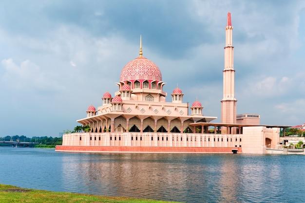 Uitzicht op de putra-moskee met het putrajaya-meer