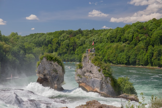 Uitzicht op de rijn watervallen (rheinfall) in zwitserland, ze zijn de grootste waterval in midden-europa