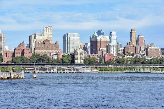 Uitzicht op de rivier brooklyn heights en east vanuit manhattan nyc usa