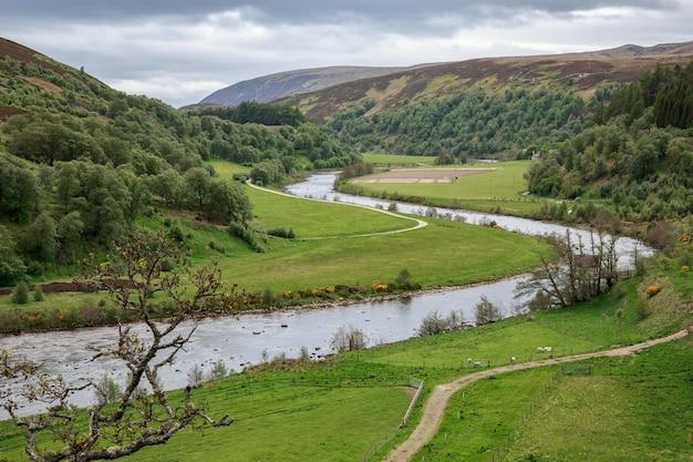 Uitzicht op de rivier de findhorn in schotland