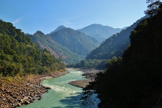 Uitzicht op de rivier de ganga en de indische himalaya