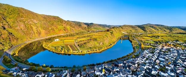 Uitzicht op de rivier de moezel bij bremm in rijnland-palts, duitsland