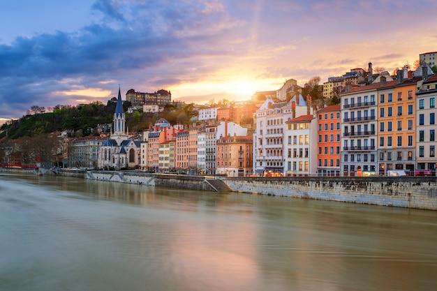 Uitzicht op de rivier de saone in de stad lyon bij zonsondergang, frankrijk