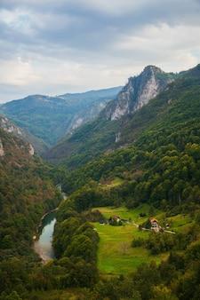 Uitzicht op de rivier de tara vanaf de djurdjevic-boogbrug, montenegro en europese berglandschappen