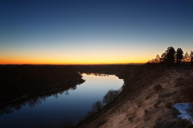 Uitzicht op de rivier vanaf de klif. avondlucht na zonsondergang.