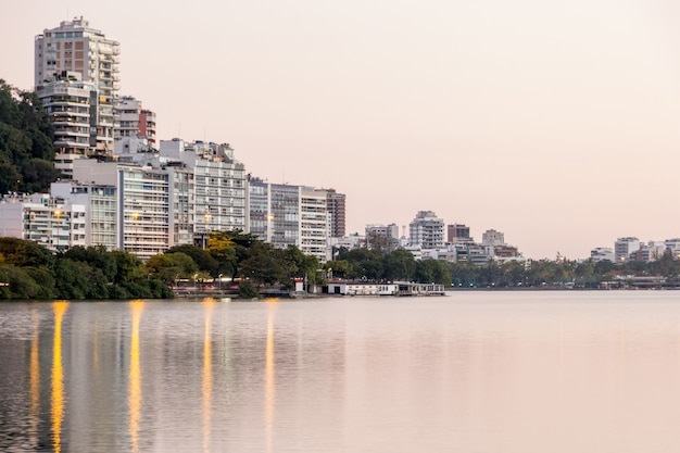 Uitzicht op de rodrigo de freitas-lagune in rio de janeiro, brazilië.