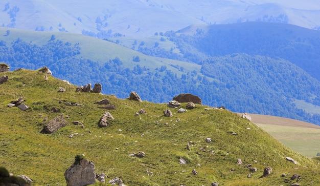 Uitzicht op de rotsachtige bergkam in de noord-kaukasus in rusland.
