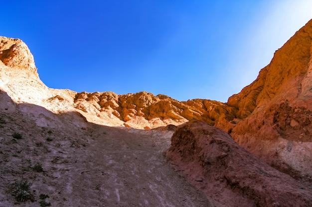 Uitzicht op de rotsen en de bergen van salta