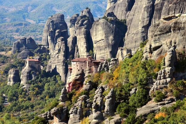 Uitzicht op de rotsen en kloosters in het meteora-gebergte in griekenland