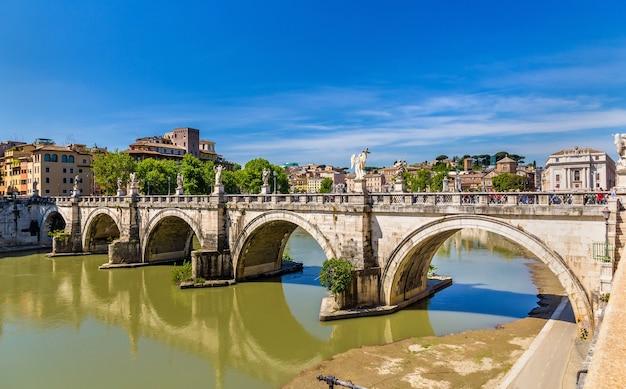 Uitzicht op de sant'angelo-brug in rome