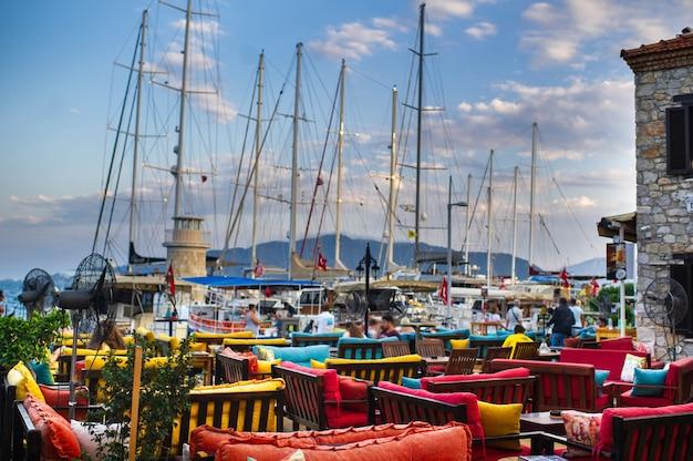 Uitzicht op de schepen met masten vanaf de bank van het café in de baai van marmaris.turkey