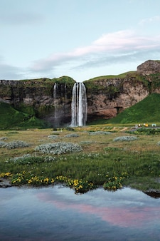 Uitzicht op de seljalandsfoss-waterval in ijsland