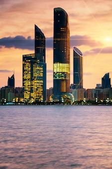 Uitzicht op de skyline van abu dhabi bij zonsondergang, verenigde arabische emiraten