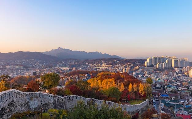 Uitzicht op de skyline van de stad seoul bij zonsondergang zuid-korea