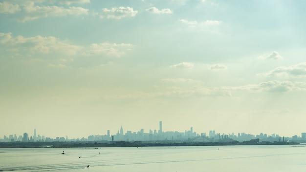 Uitzicht op de skyline van manhattan in de zomer