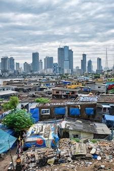 Uitzicht op de skyline van mumbai over sloppenwijken in de buitenwijk bandra
