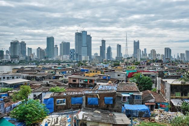 Uitzicht op de skyline van mumbai over sloppenwijken in de buitenwijk van bandra