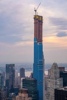 Uitzicht op de skyline van new york city bij zonsondergang